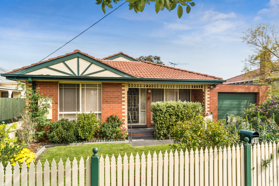 MENTONE – Smart three-bedroom townhouse in a central Mentone position